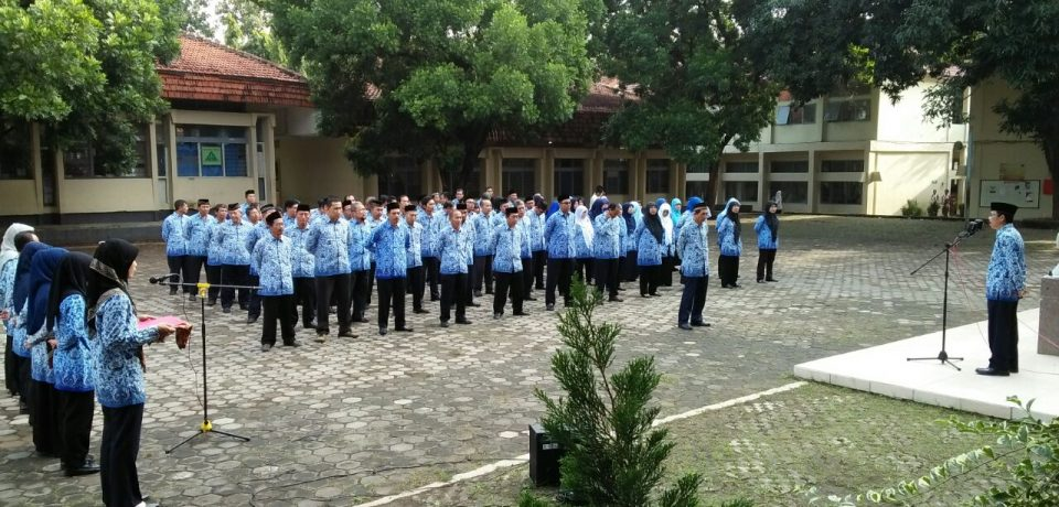 Guru dan Staff SMK N 1 Cirebon, Melaksanakan Upacara Hari Kesadaran Nasional